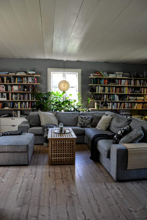 Obývák, velká knihovna, rekonstrukce starého domu, knihovna přes celou stěnu