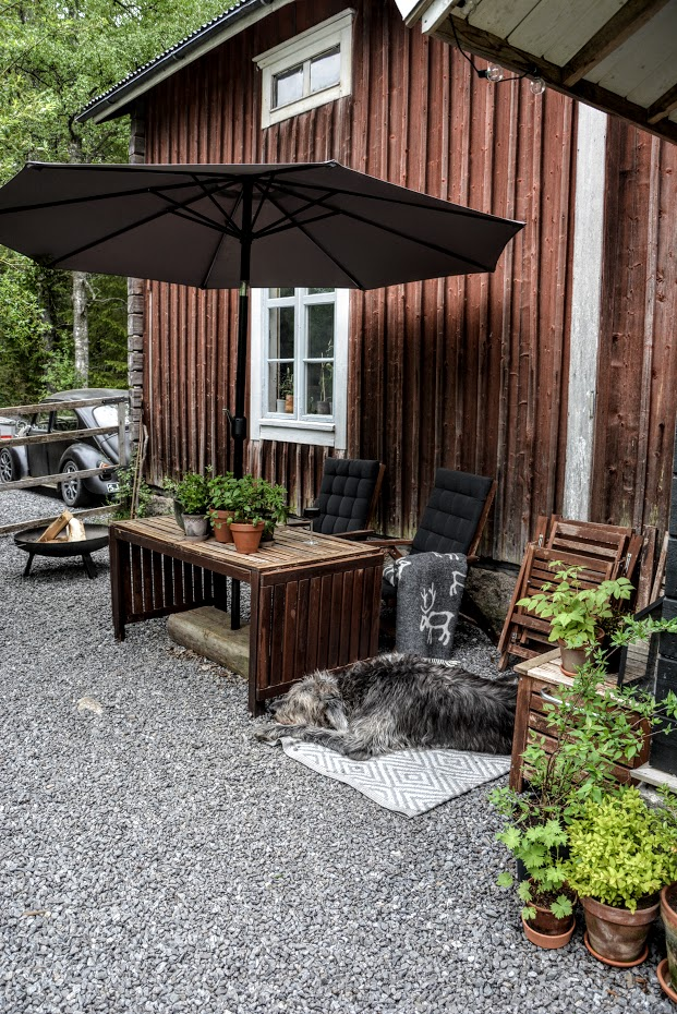 Terasa, finská dřevostavba, starý dům, irský vlkodav