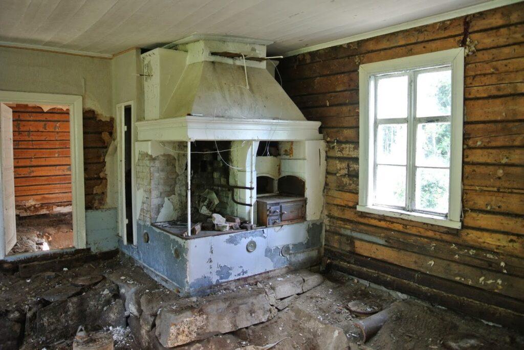 Finsko, rekonstrukce domu, stará dřevostavba, starý krb