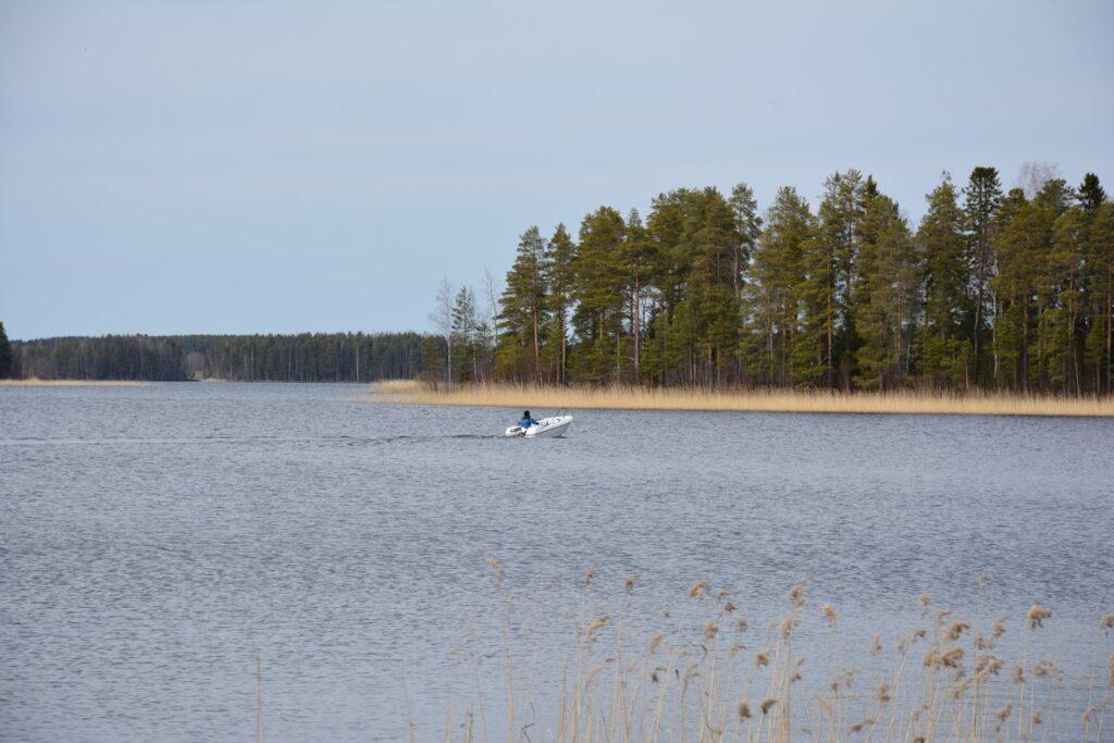 Cesta lodí, finské jezero