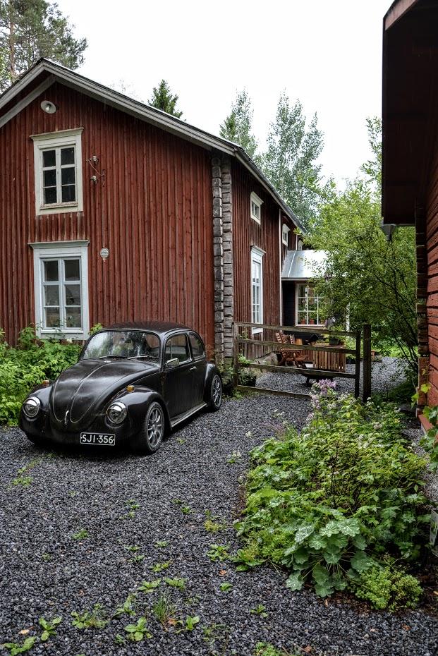 starý červený dům, VW brouk, trvalkový záhon, Finsko