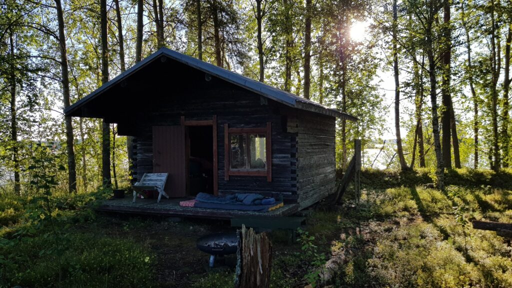 ráno na ostrově, stará chata, Finsko