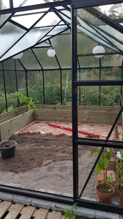 skleník, cihlová podlaha