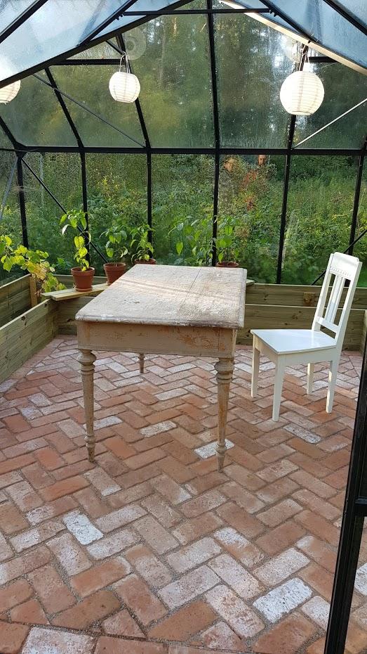 Skleník, cihlová podlaha, starý stůl