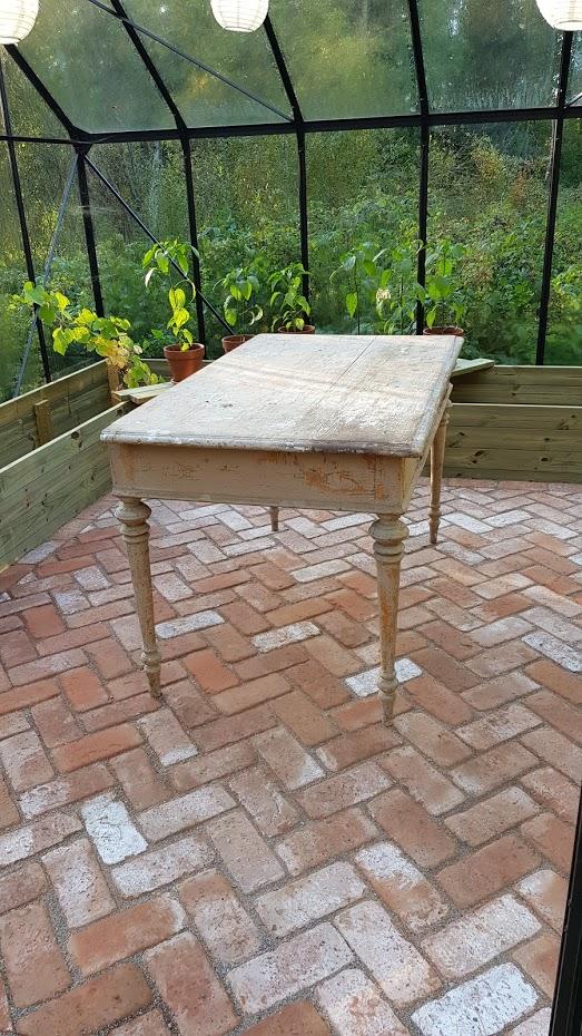 cihlová podlaha, starý stůl