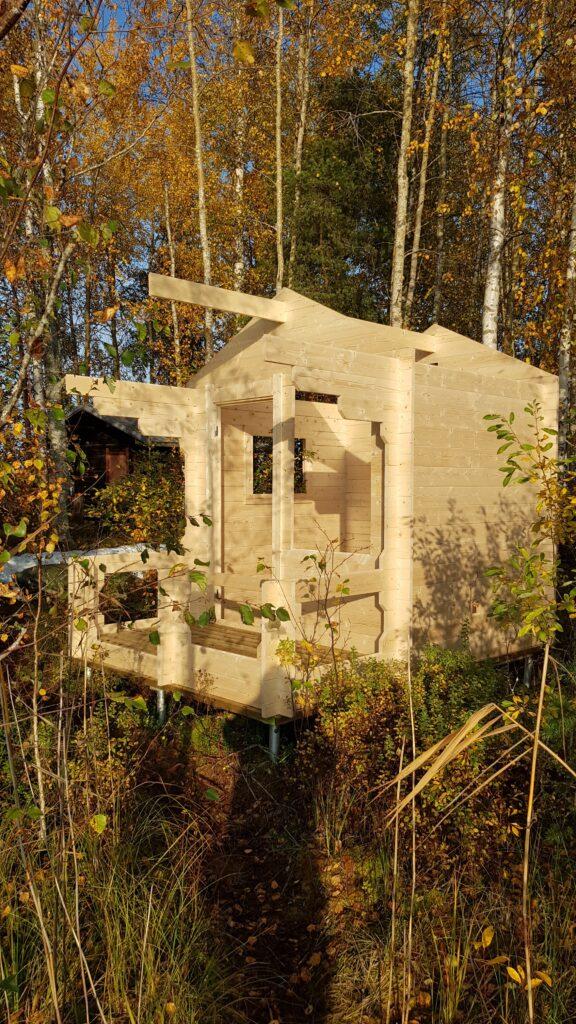 stavba finské sauny, u jezera