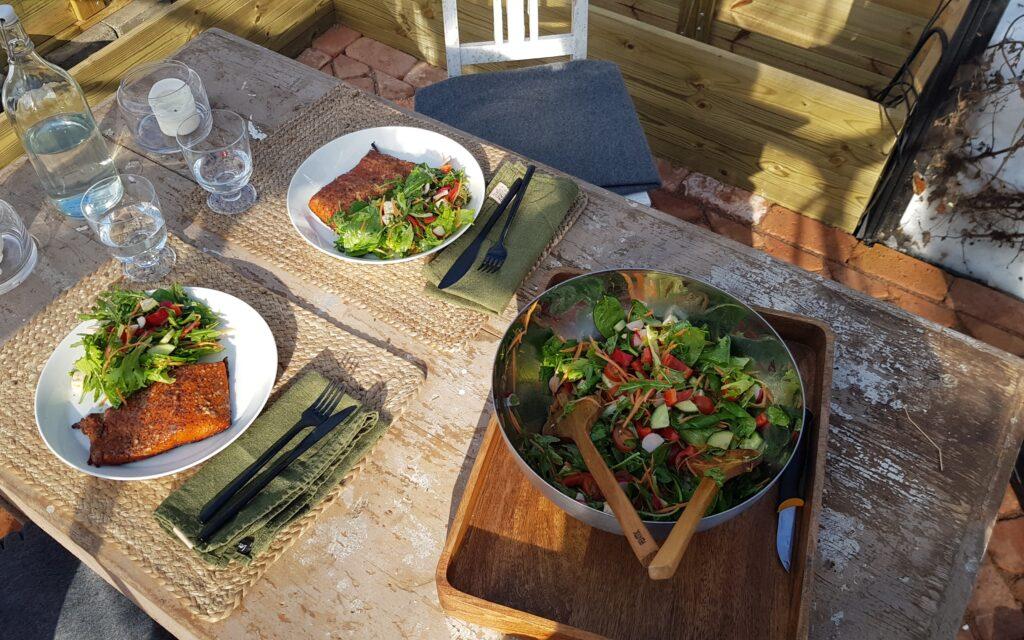 grilování, grilovaný losos, salát