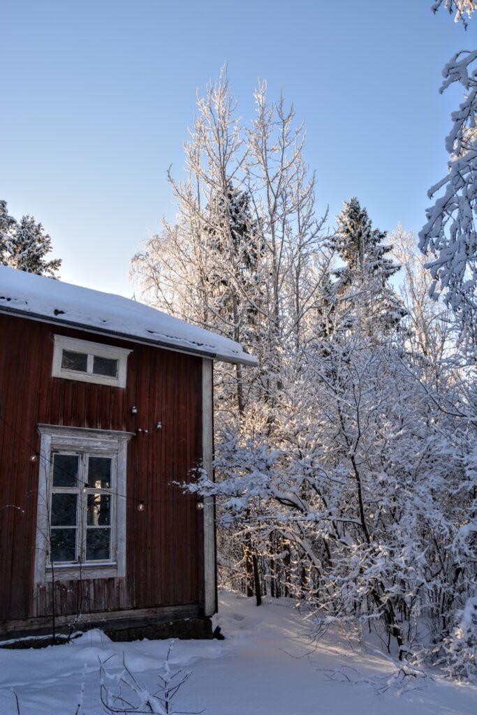 červený dům v zimě