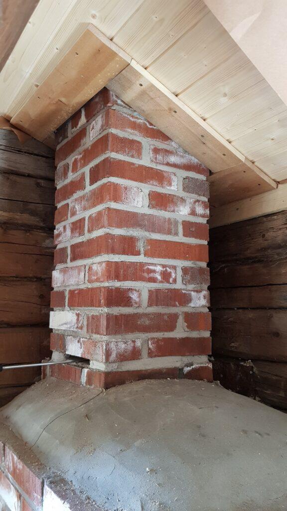 nový komín a dřevěný obklad